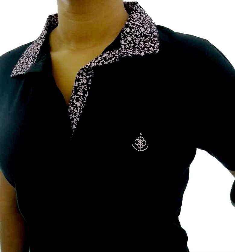 90a50cf03130e Camisa Polo Feminina Preta Detalhe Floral Rosa