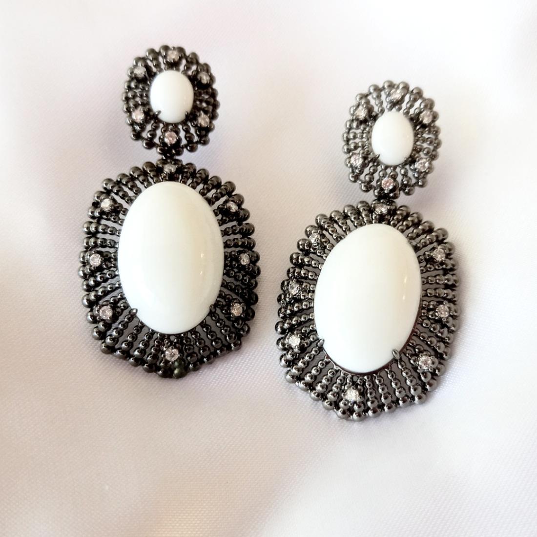 Brinco Cabochão Luxo Semijoia em Ródio Negro com Zircônia Branca e Pedra Natural Ágata Branca  - Soloyou