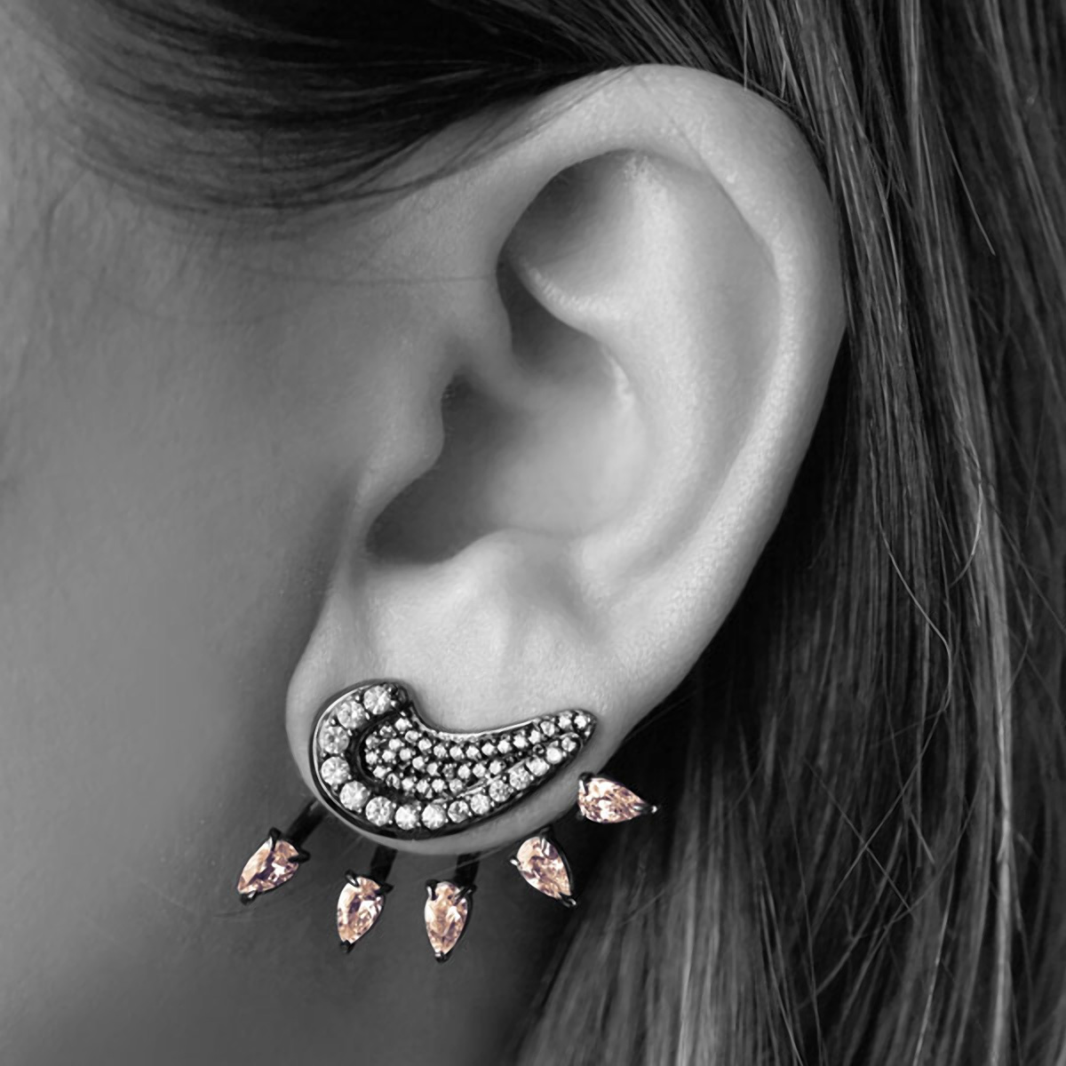 Brinco Ear Jacket Garra Semijoia em Ródio Negro com Micro Zircônia Branca e Cristal Rosa Safira  - SOLOYOU