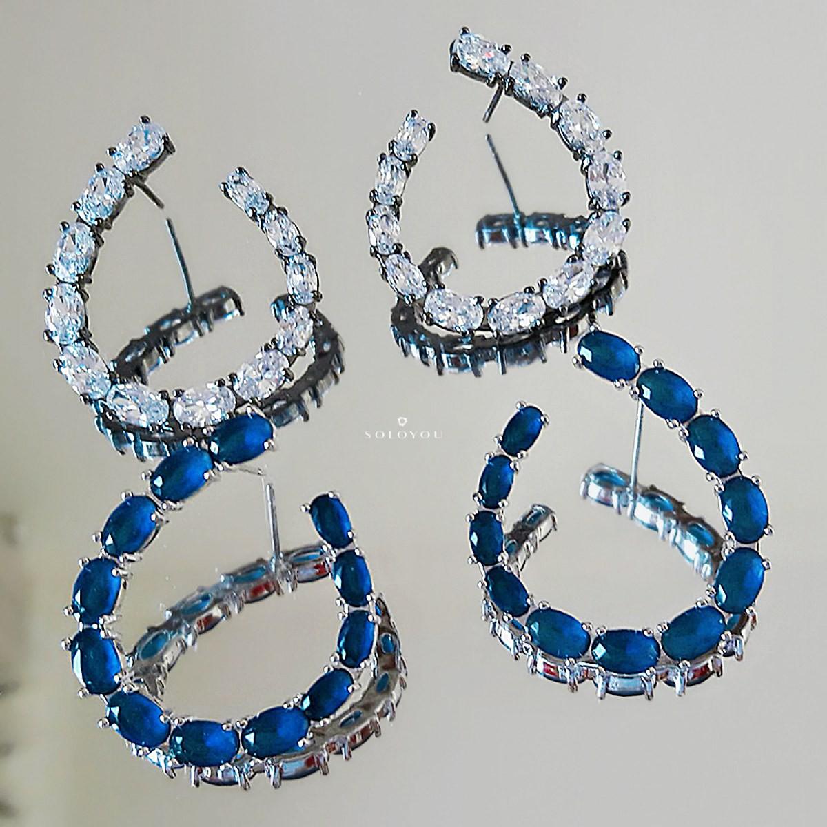 Brinco Moderno Gancho Semijoia em Ródio Branco com Zircônia Azul Safira  - Soloyou