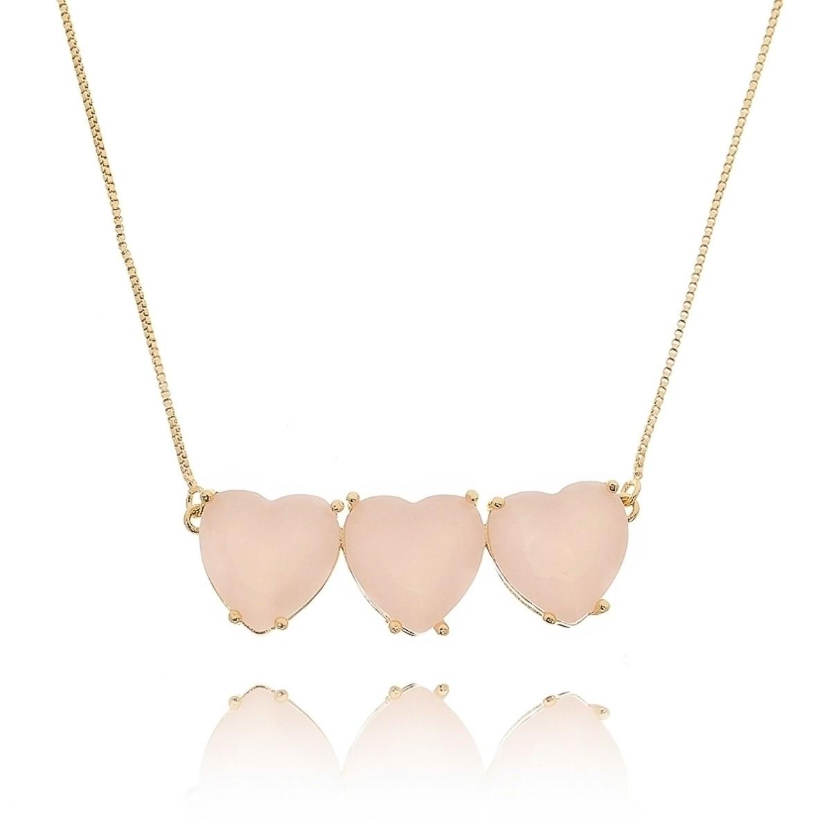 Colar 3 Corações Dourado Quartzo Rosa Leitoso Semijoia em Ouro 18K  - Soloyou