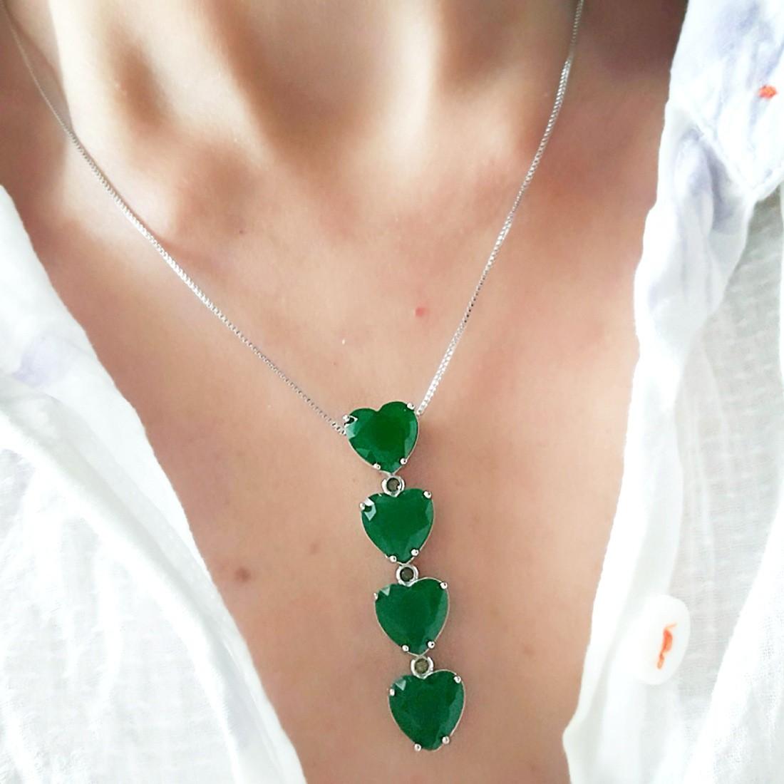 Colar Gravatinha Semijoia Luxo em Ródio Branco com Corações Esmeralda e Zircônias Redondas  - Soloyou