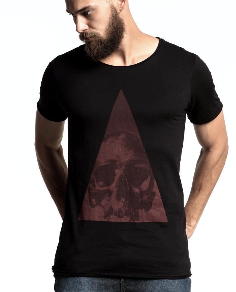 840d6d2ba0 Uma camiseta masculina com estampa de caveira dentro de um prisma