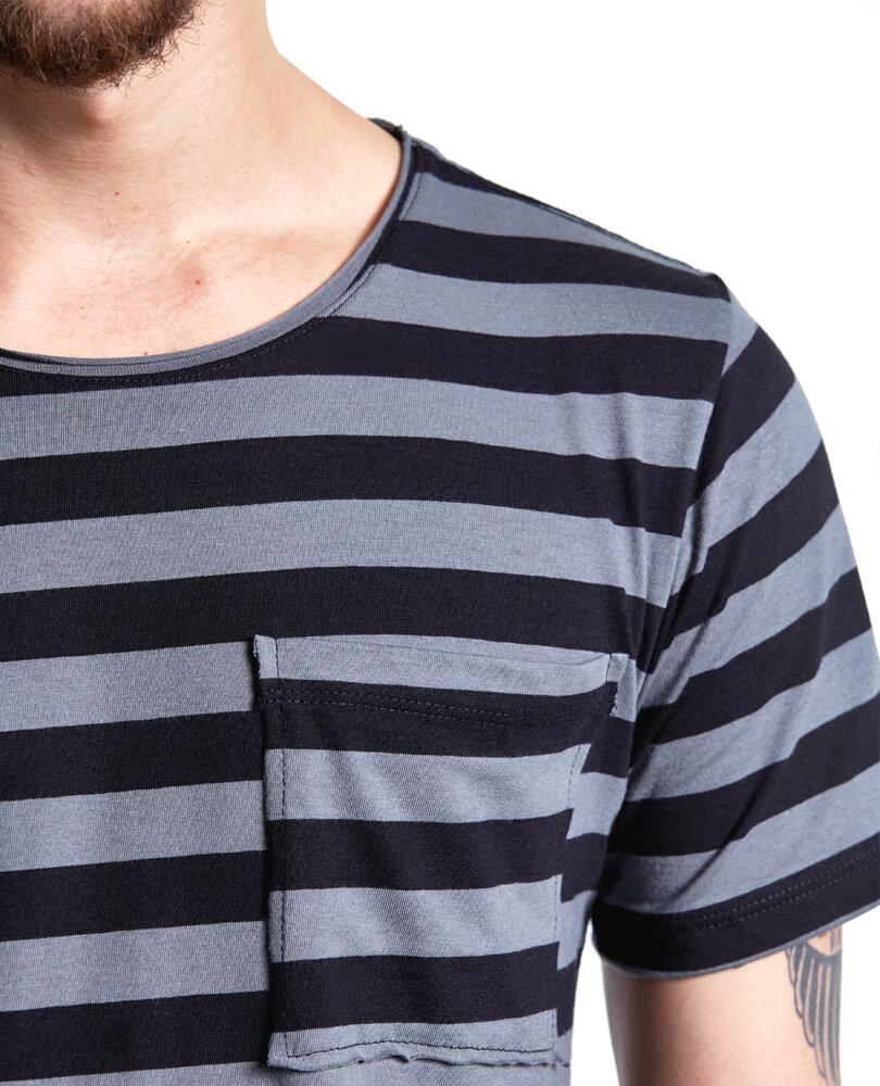 a2f8746021 Uma camiseta masculina listrada tem que ter pegada. O modelo listrado cinza  e preto STM tem pegada de sobra e uma modelagem com caimento incrível.