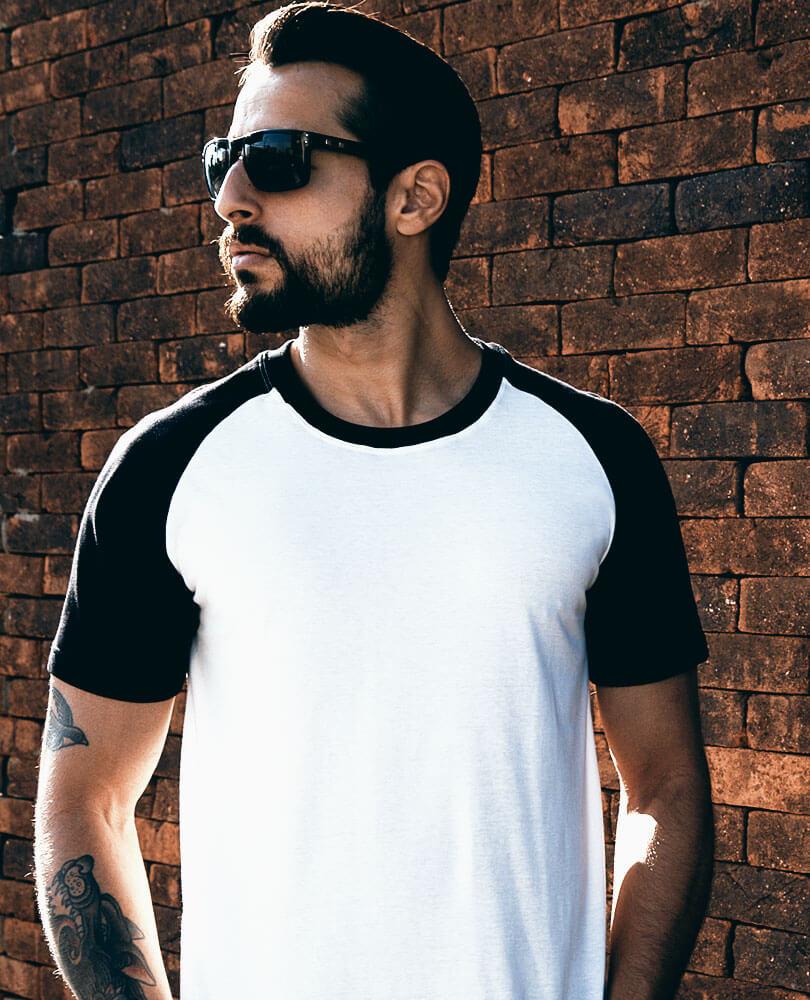 febf204bb7 Quem procura um visual estiloso mas curte mais as camisetas básicas pode  apostar em uma Camiseta Raglan STM. Com modelagem exclusiva e caimento  impecável