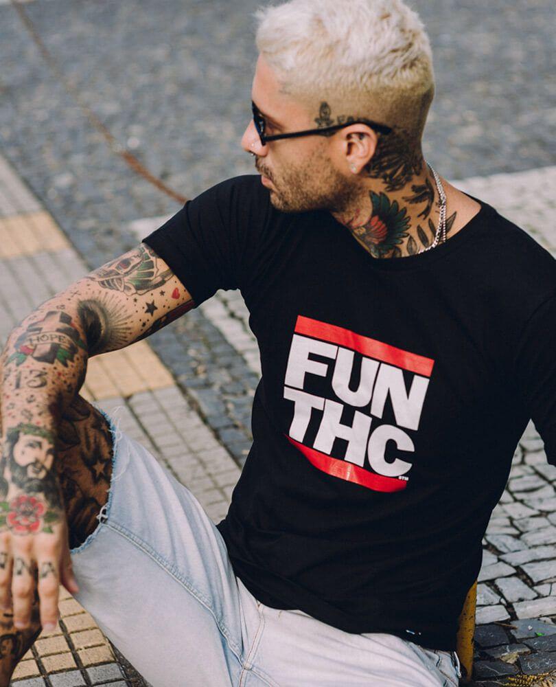 4bb1cd79df Irreverência e estilo  combinamos em uma camiseta de banda exclusiva STM. A  estampa faz referência à banda Run-D.M.C. e manda o recado para os mais ...
