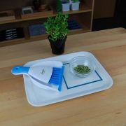 Atividade de Limpar Migalhas na Mesa com Bandeja Plástica