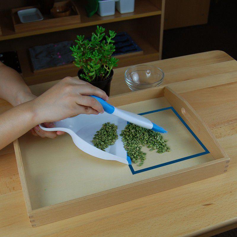 Atividade de Limpar Migalhas na Mesa com Bandeja de Madeira