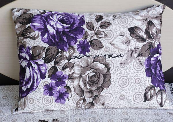 Fronha de travesseiro texturatto estampada flores roxas com detalhes marrom - OMA Enxovais