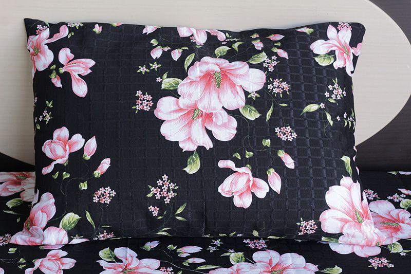 Fronha de travesseiro texturatto estampada florida rosa com fundo preto - OMA Enxovais