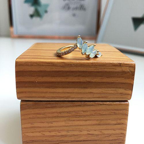 Anel com Pedras Cristal Azul Leitoso e Zircônias Ouro 18K