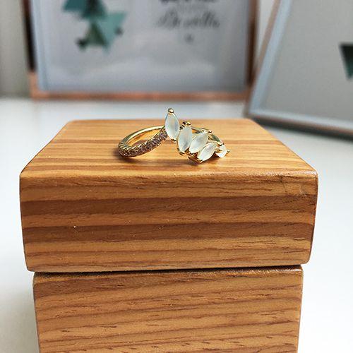 Anel com Pedras Cristal Branco Leitoso e Zircônias Ouro 18K