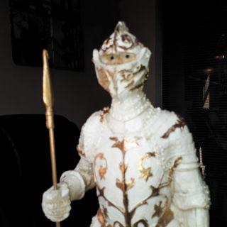 Estatua Guerreiro Medieval White e Gold c/ Lança 40cm