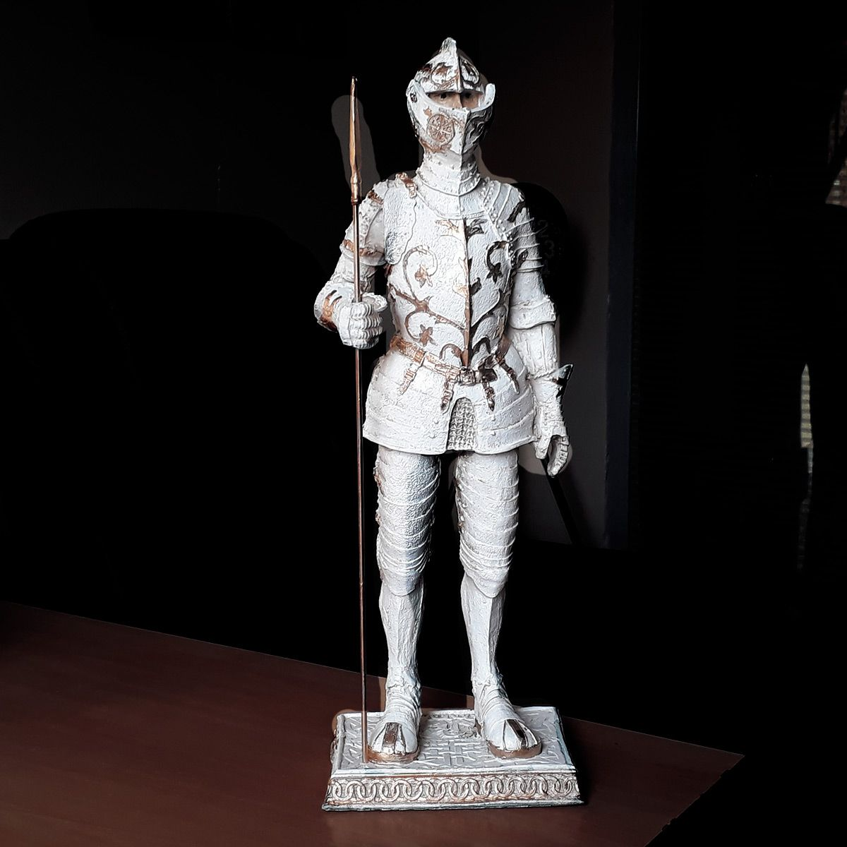 Estatua Guerreiro Medieval Withe e Gold c/ Lança 40cm