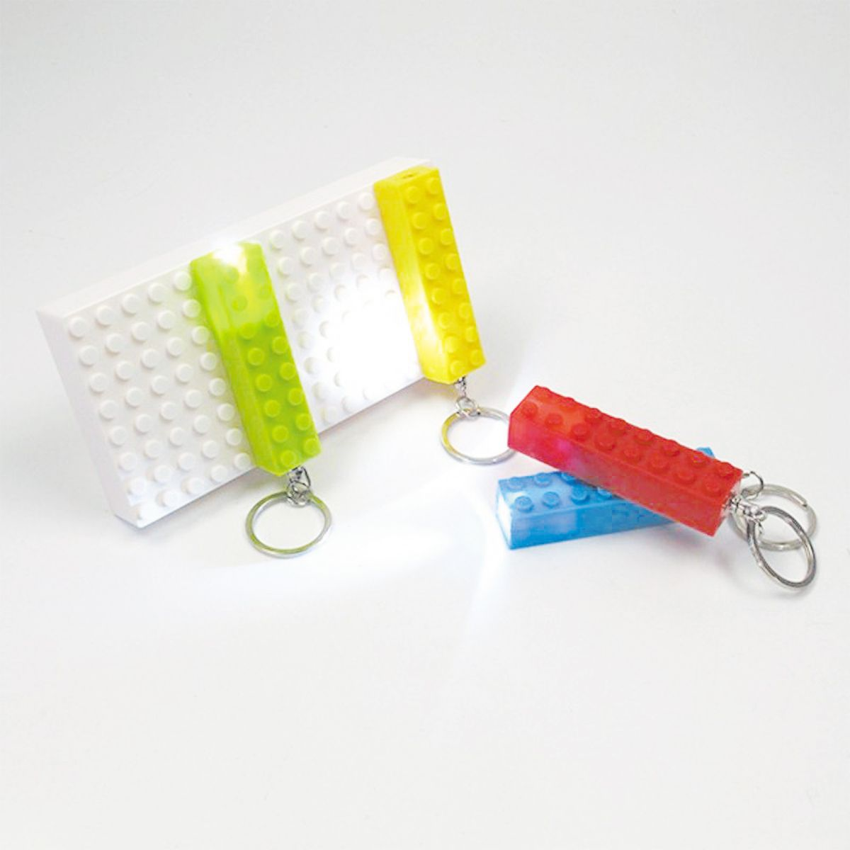 Kit c/ 1 porta chaves e 4 chaveiros Lego c/luz led