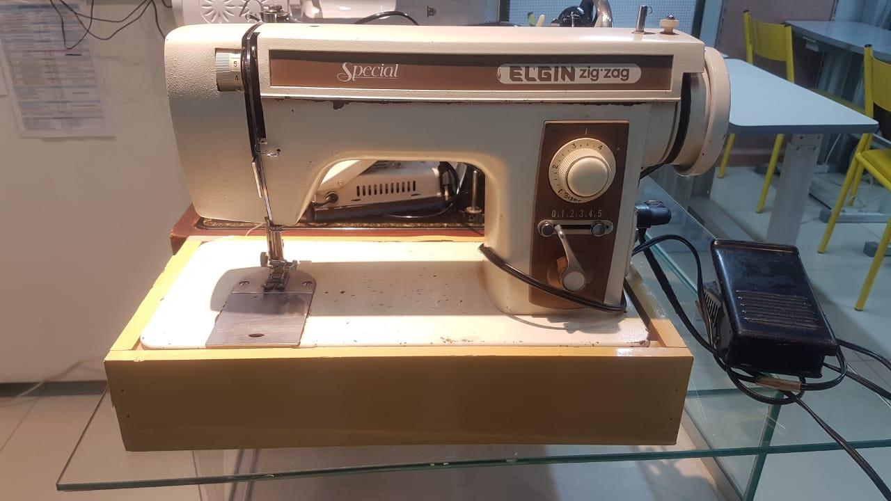 Maquina de Costura Semi-Nova ELGIN SPECIAL ZIG-ZAG