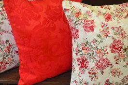 Capa de Almofada Estampa Floral Vermelha e Mesclada