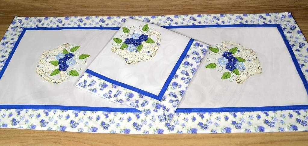 Jogo de Caminho Bordado em Patchwork - Regador Azul com Flores