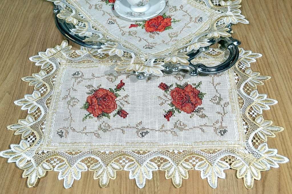 Toalha de Bandeja Bordada com Flores Vermelhas