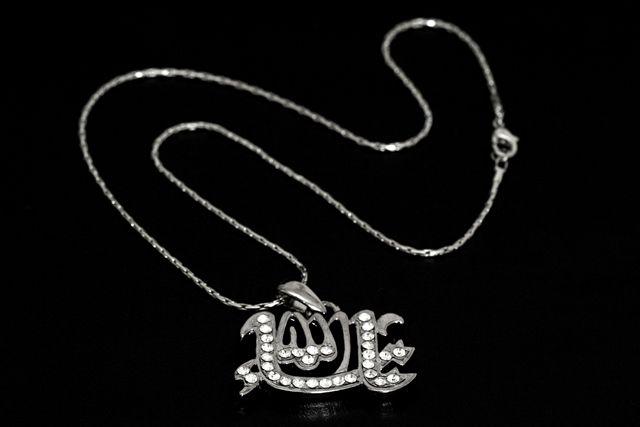 Corrente com pingente com a palavra Allah (Deus é Único em árabe)