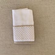 Babinha ( paninho de boca) bordado em bege