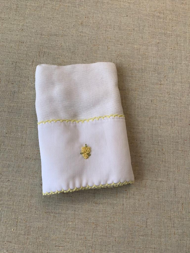 Babinha ( paninho de boca) - bordado amarelo
