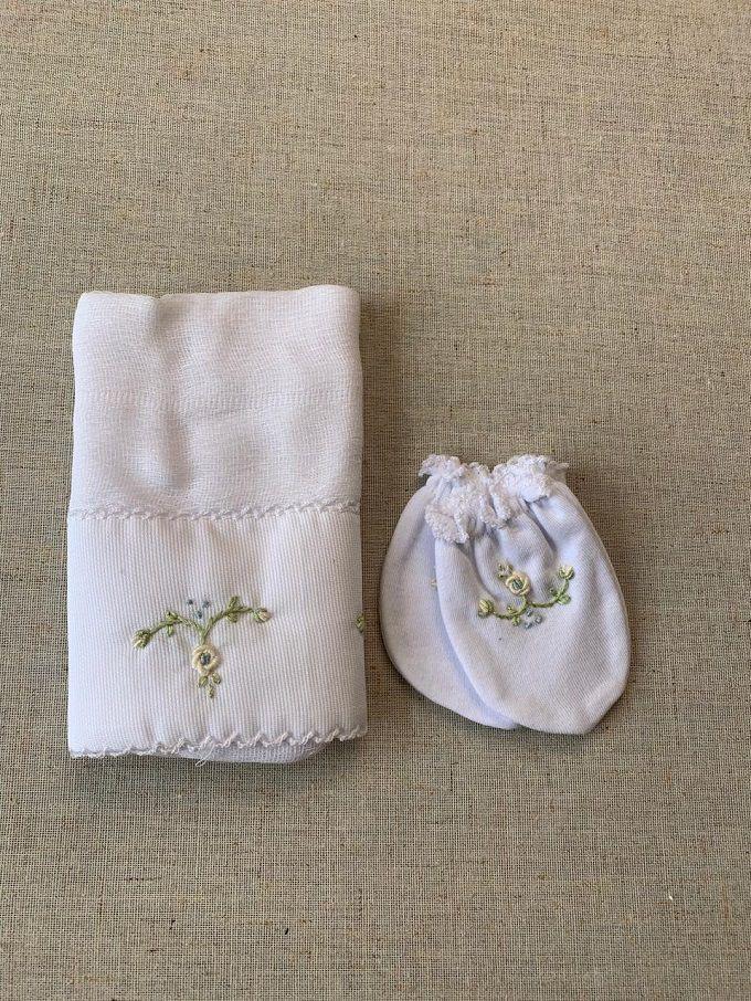 Kit paninho de boca e luvinhas bordado em branco