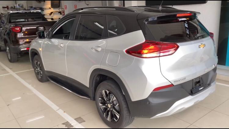 Envelopamento de Teto Chevrolet Tracker  - Completo Teto  Aerofólio - Black Piano