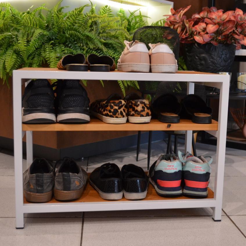 Banco Sapateira para Porta de Casa em Ferro Branco e Madeira para Organizar Sapatos Caramelo