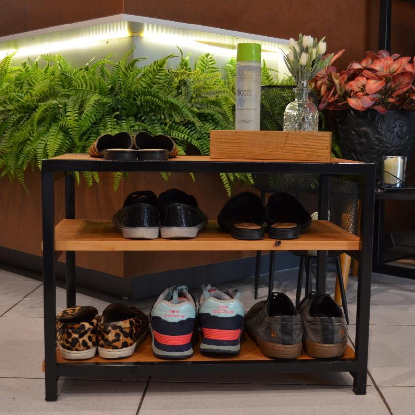 Banco Sapateira para Porta de Casa em Ferro e Madeira para Organizar Sapatos Caramelo