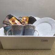 Kit Cesta de Pão Pequena com 2 Canecas e Pires