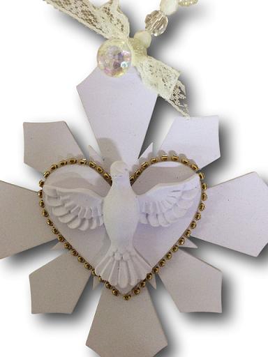 Medalhão Espirito Santo em Madeira em Coração com Strass