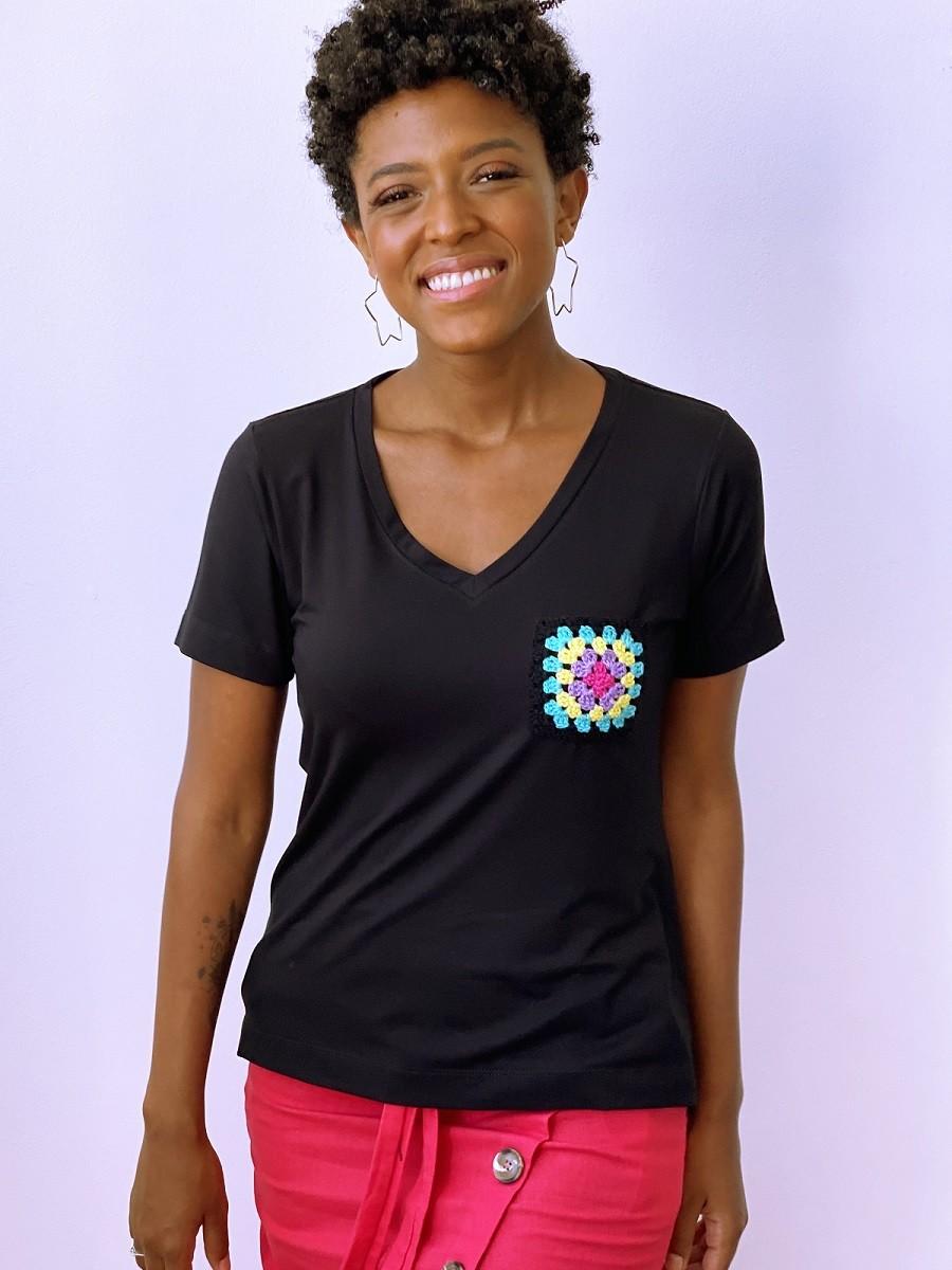 Camiseta Fashionista Bolso Crochê - Preta