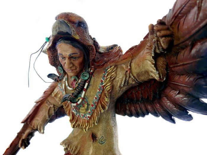 Estatua Índio Nativo Americano de Pé Águia 34 x 13 cm