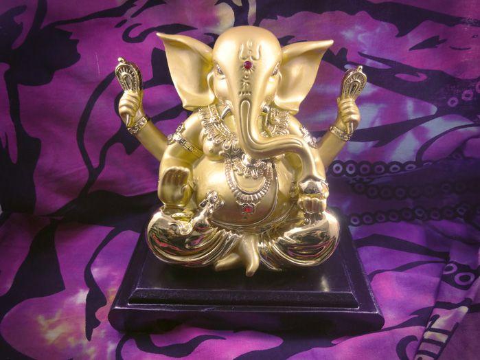Estátua Ganesha Dourado 18 x 19 cm Base Preta