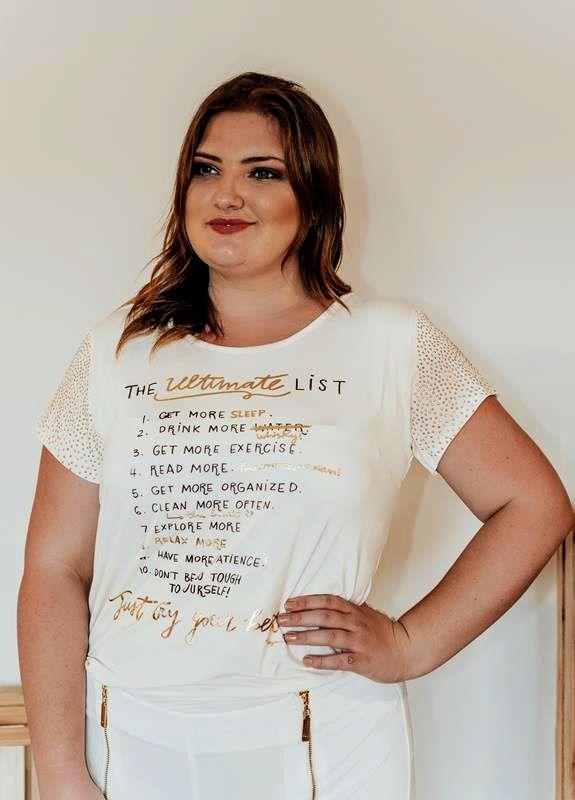 blusa plus size com aplicações douradas