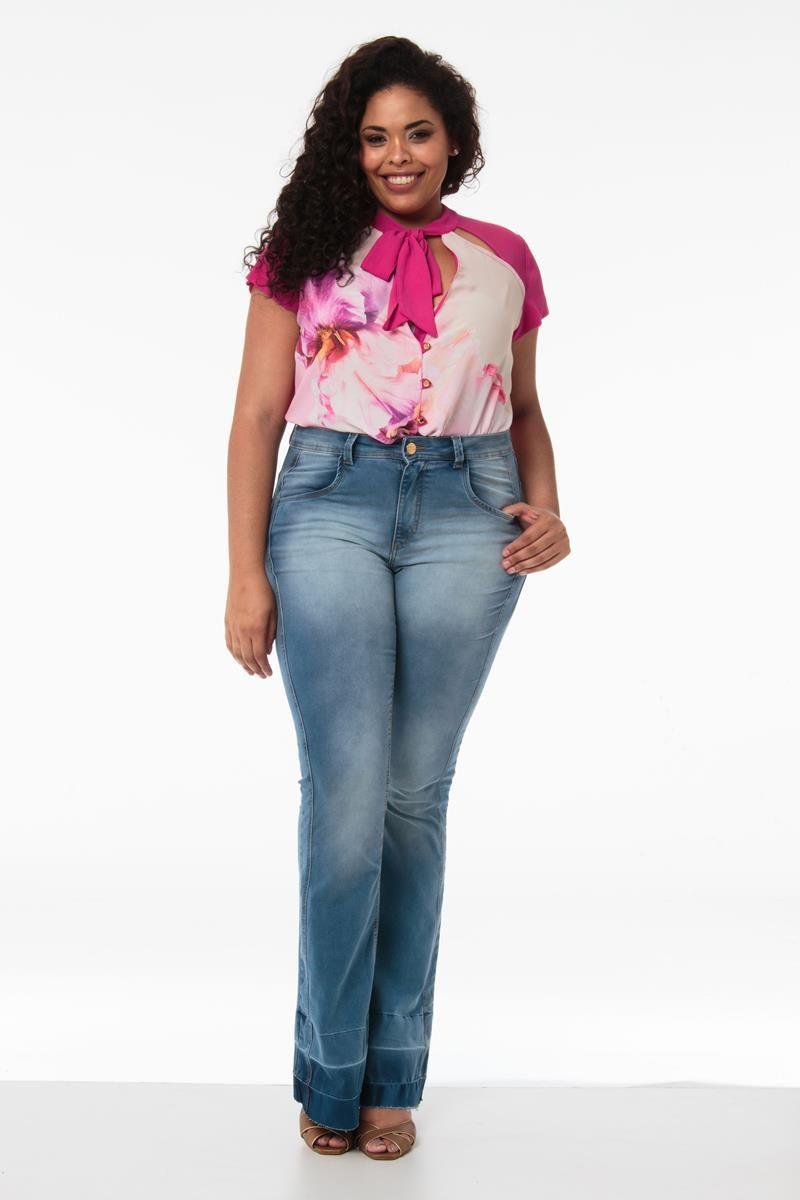 Calça Plus Size flare jeans detalhe barra