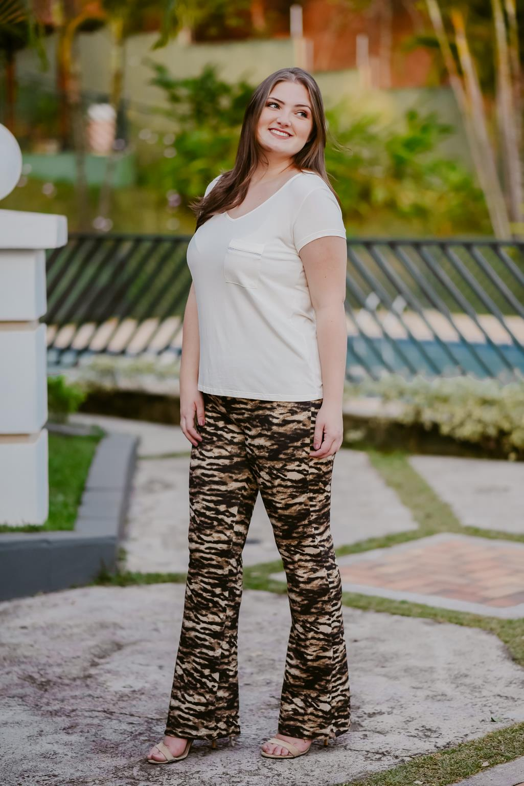 Calça plus size flare animal print