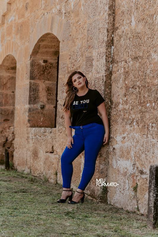 calça plus size lisa com cinto azul