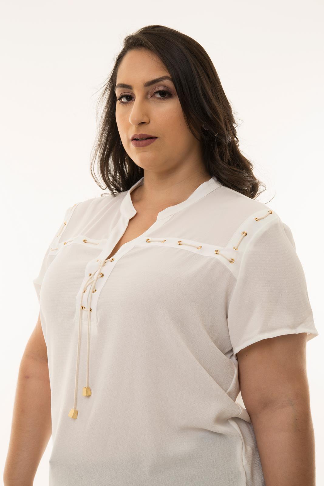 camisa plus size com detalhes de corrente