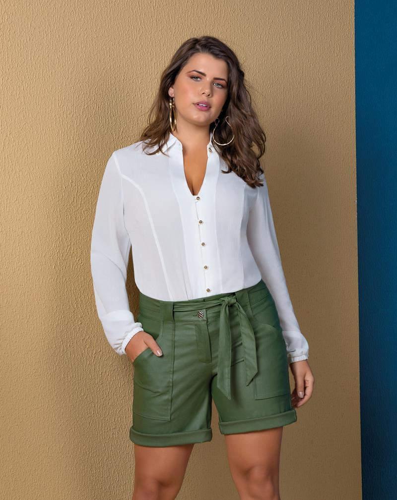 Camisa plus size com gola e aplicação