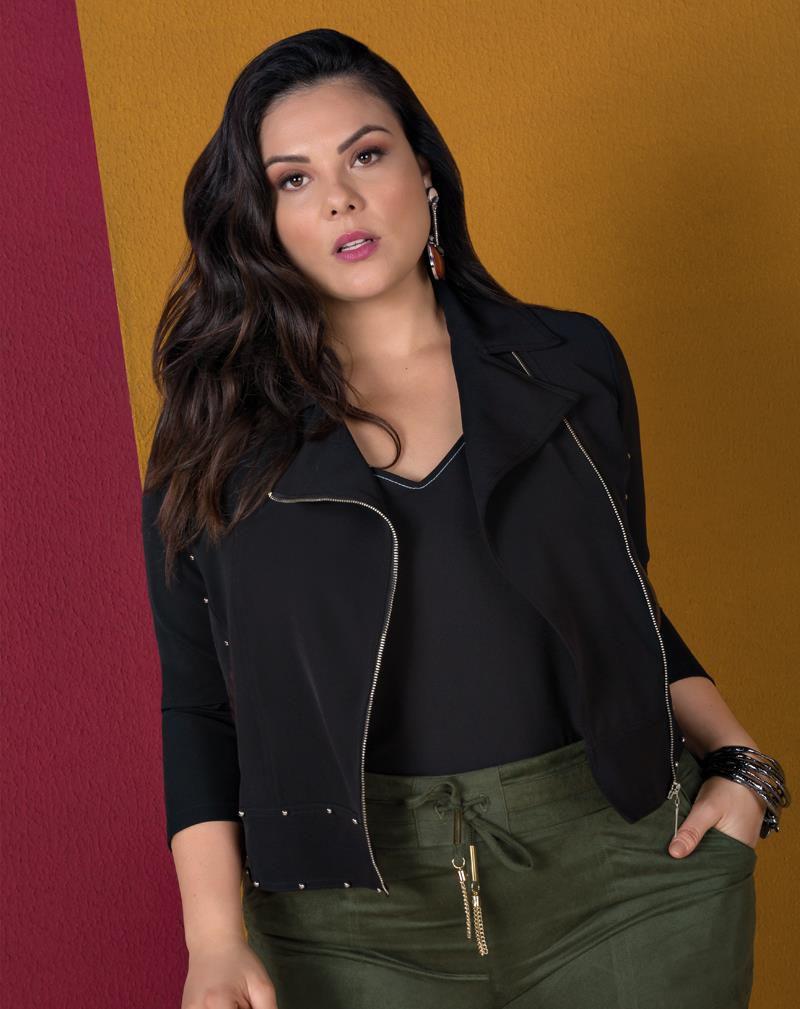 jaqueta plus size com detalhes em couro ecológico