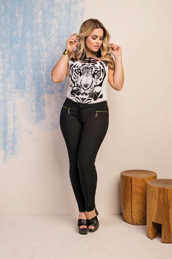 calça plus size legging com recortes e detalhe em zíper