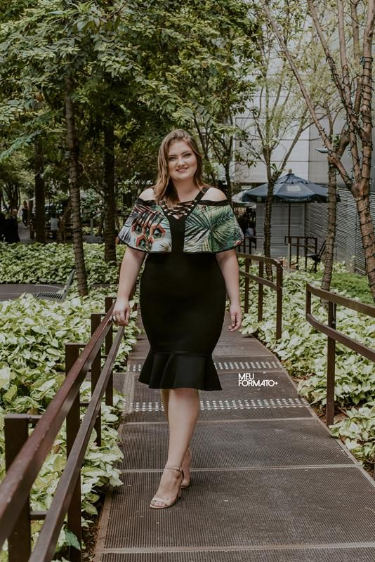vestido plus size com transpasse no decote