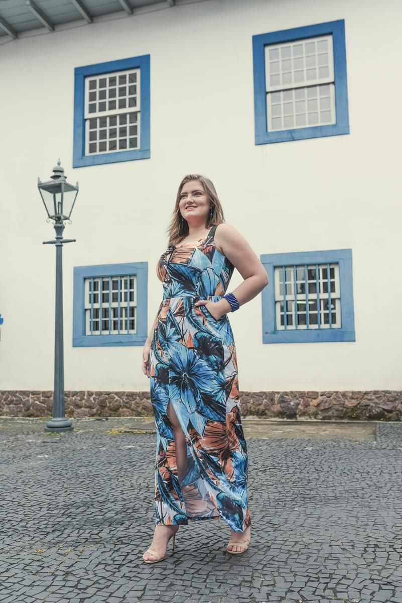 vestido plus size estampado com fenda frontal