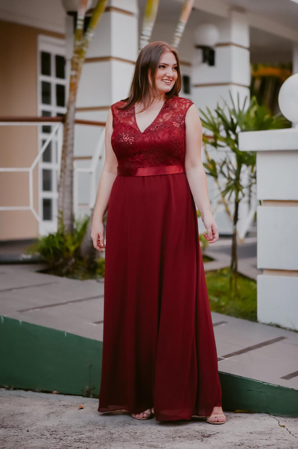 vestido plus size longo marsala
