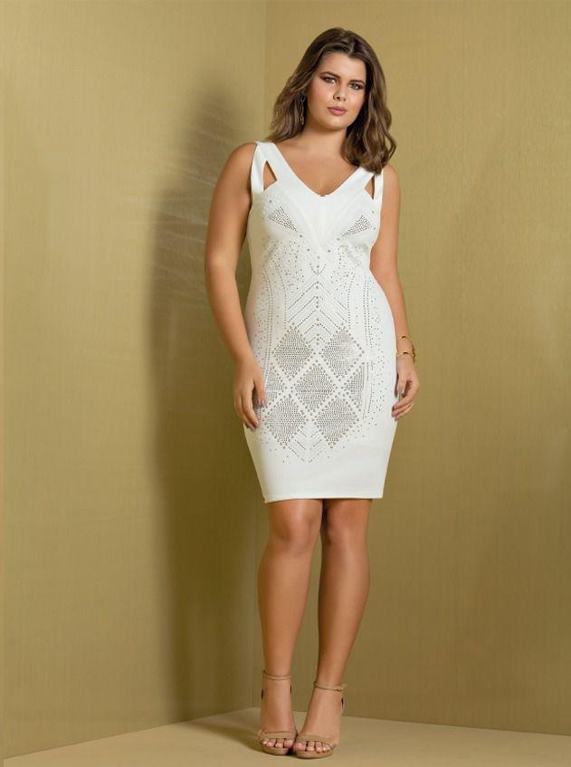 Vestido plus size off white com aplicações