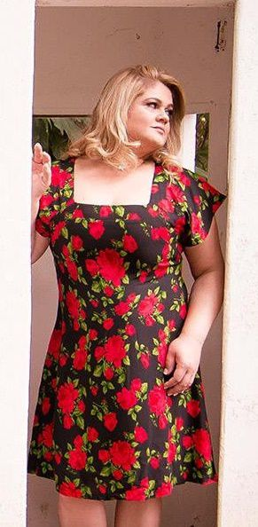 vestido plus size rosas vermelhas