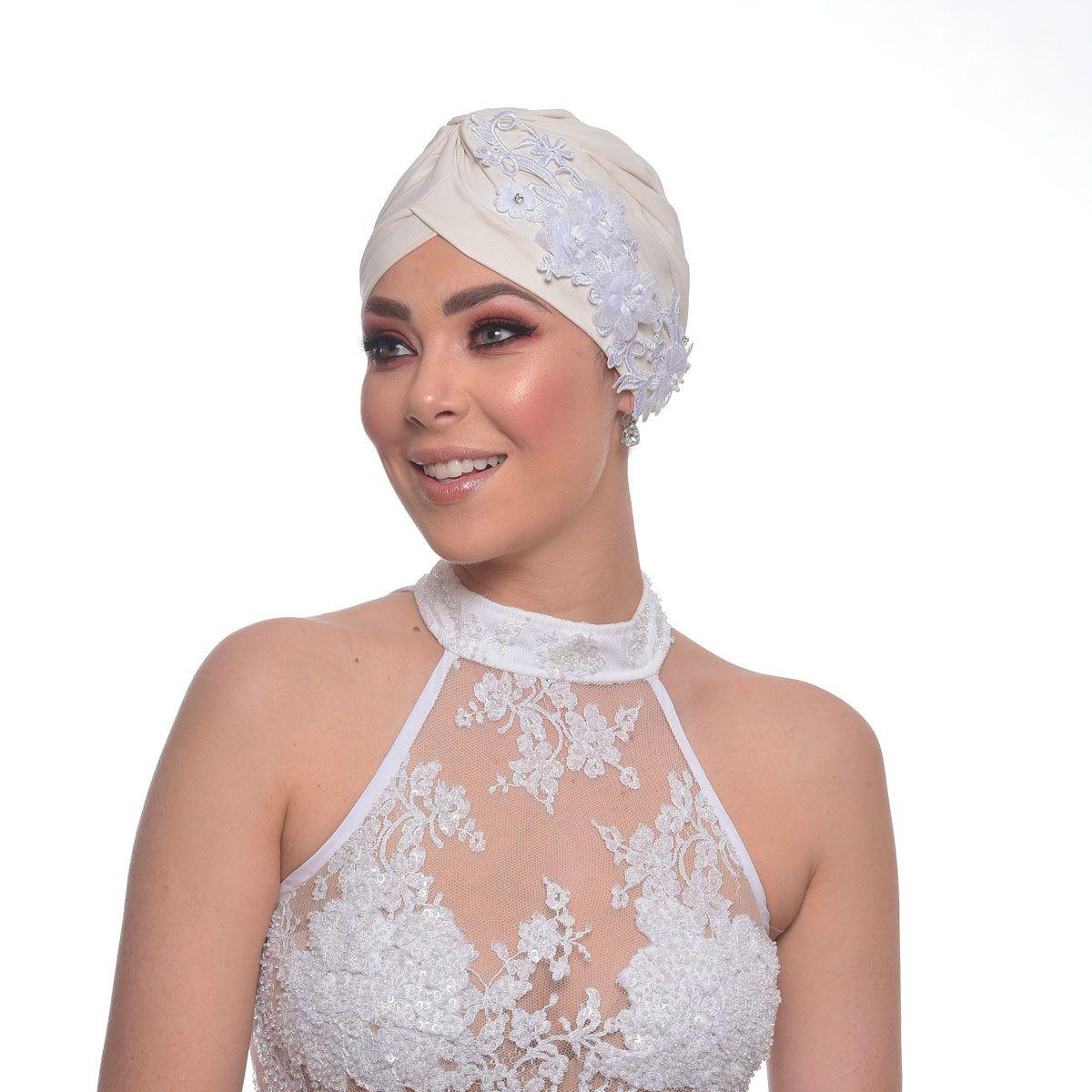 Turbante Fechado Drapeado Off White com Aplique em Guipir