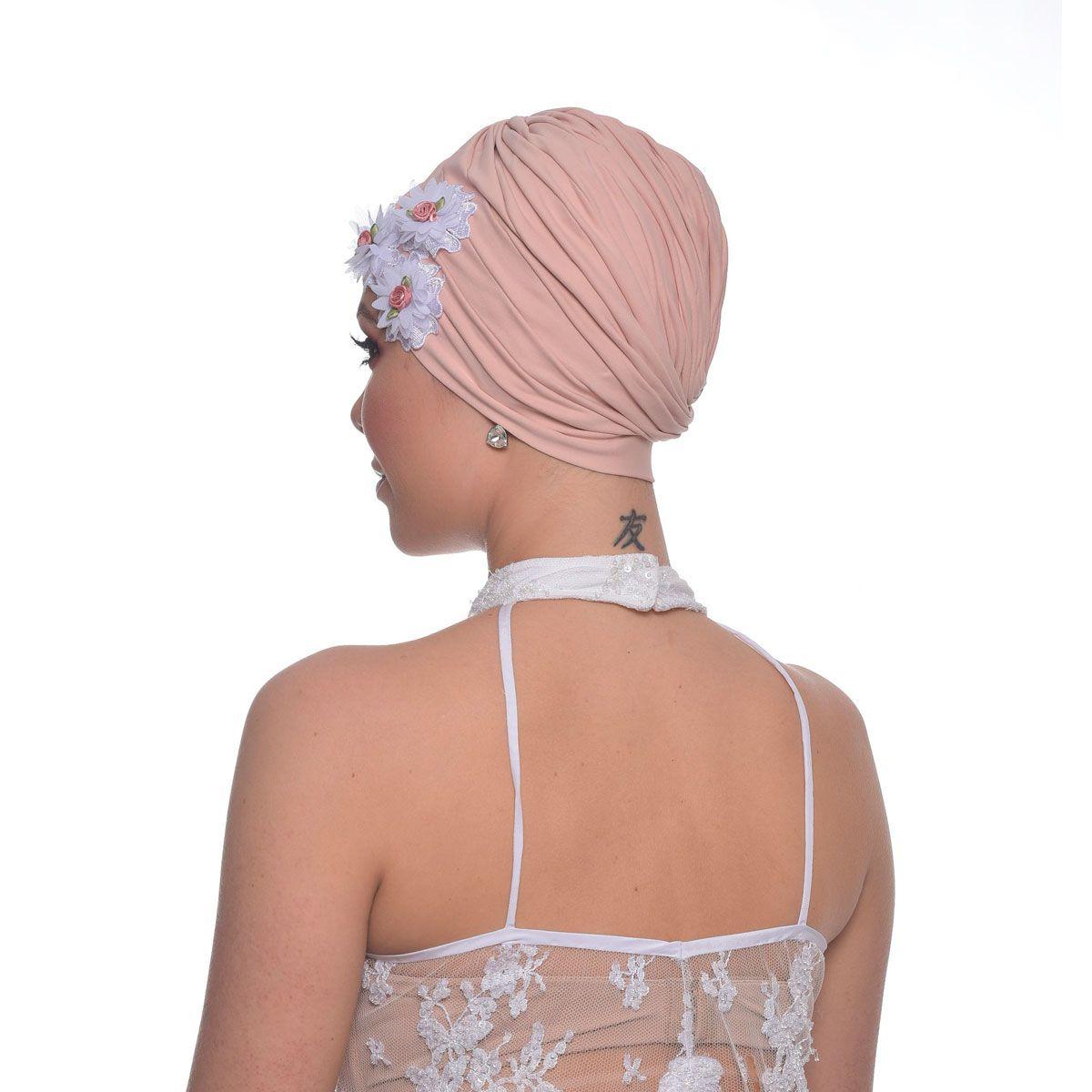 Turbante Fechado Drapeado Rosê com Aplique em Guipir Flores